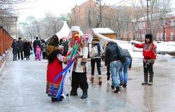 Les acteurs de Streen dans des costumes nationaux colorés se tiennent sur la rue Photos libres de droits