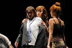 Les acteurs du théâtre de Barcelone instituent, jouent dans la comédie Shakespeare pour des cadres images stock