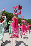 Les acteurs exécute des échasses, Chine Photographie stock