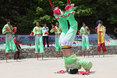 Les acteurs exécute des échasses, Chine Photographie stock libre de droits