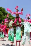 Les acteurs exécute des échasses, Chine Photo stock