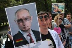 Les activistes homosexuels tchèques protestent contre les anti lois gaies russes photos libres de droits