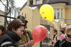 Les activistes politiques distribuent les ballons symbolisant les participants arrêtés de l'émeute de chat Images stock