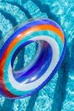 Les activit?s de l'eau gonflables entoure le flotteur de tuba sur l'eau dans la piscine o photos stock