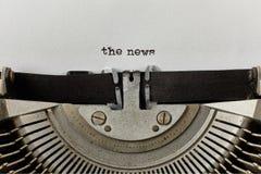 Les actualités ont dactylographié des mots sur une machine à écrire de vintage Images stock