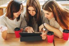 Les adolescentes ont lu le message dans le réseau social Photo libre de droits