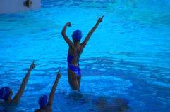 Les adolescentes ont synchronisé la pratique en matière d'équipe de natation Image libre de droits