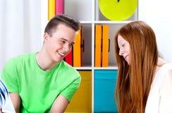 Les adolescents apprennent image stock