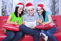Les adolescents asiatiques heureux célèbrent Noël Image libre de droits