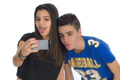 Les adolescents couplent en faisant à des selfies II Images stock
