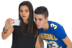 Les adolescents couplent en faisant à des selfies III Photos stock