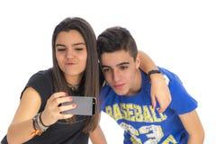 Les adolescents couplent en faisant à des selfies IV Images libres de droits