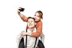 Les adolescents couplent faire le selfie par le smartphone images libres de droits
