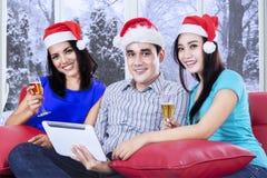 Les adolescents hispaniques célèbrent Noël Photographie stock