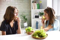Les adolescents mangent les raisins organiques frais images libres de droits