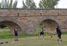 Les adolescents sont jouer extérieur en parc public de Salamanque Images libres de droits