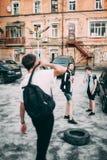 Les adolescents traînent des loisirs urbains de style de la jeunesse photo libre de droits