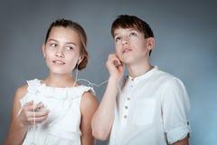 Les ados écoutent la musique avec des écouteurs Photos libres de droits