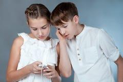 Les ados écoutent la musique avec des écouteurs Images stock
