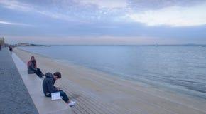 Les ados au bord de mer du Tajo aboient à Lisbonne Photos stock
