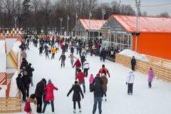 Les ados patinent sur la glace dans le Central Park Image stock