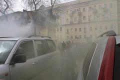 Les adversaires du chat s'ameutent le gaz pulvérisé parmi la foule des défenseurs du muzakant arrêté, l'assistance près de la cou Photo libre de droits