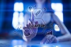 Les affaires commencent le concept Développement et stratégie marketing sur l'écran virtuel illustration libre de droits