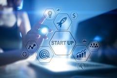 Les affaires commencent le concept Développement et stratégie marketing sur l'écran virtuel illustration de vecteur
