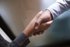 Les affaires d'image équipent la poignée de main Se réunir d'association d'affaires concentré Images stock