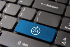 Les affaires d'Internet ouvrent 24 heures de touche d'ordinateur Photographie stock libre de droits