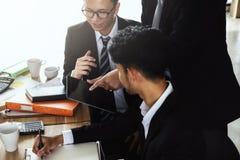 Les affaires discutent se réunir utilisant le comprimé dans le bureau images stock