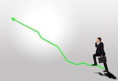 Les affaires intensifient le progrès vert de graphique de flèche d'escalier Photos stock