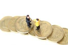Les affaires modèles figurent les pièces de monnaie A Photographie stock libre de droits