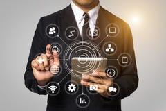 Les affaires ouvrent sa main, ordinateur fonctionnant d'écran tactile, smartphone et comprimé images libres de droits
