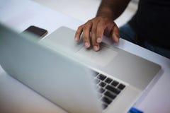 Les affaires Person Meeting dans le concept de bureau, utilisant l'ordinateur, téléphone intelligent, les dispositifs de pointe s photographie stock