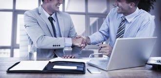 les affaires remettent à des associés la secousse image stock