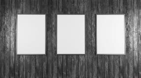 Les affiches blanches vides sur le mur dans le souterrain vide avec le banc en bois le plancher, raillent vers le haut de 3D rend Photographie stock libre de droits