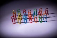 Les agrafes de papeterie aiment des personnes Photo stock