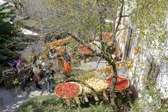 Les agriculteurs sèchent les produits agricoles dans le village de montagne, l'adobe RVB image libre de droits