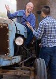 Les agriculteurs s'approchent des machines agricoles Photo libre de droits