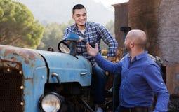 Les agriculteurs s'approchent des machines agricoles Photos stock