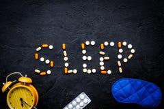 Les aides de médecine deviennent endormies Bon sommeil Exprimez le sommeil garni du masque et du réveil proches de sommeil de com photos stock