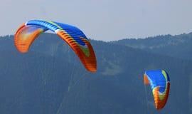Les ailes de deux parapentistes photo libre de droits