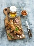 Les ailes de poulet frit sur la portion rustique embarquent, épicé Images stock