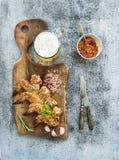 Les ailes de poulet frit sur la portion rustique embarquent, épicé Image libre de droits