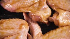 Les ailes de poulet marinées sur la surface tournent la vue supérieure banque de vidéos