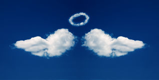 Les ailes et le nimbus d'ange ont formé des nuages Photo libre de droits