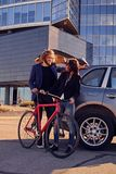Les ajouter à la vitesse simple vont à vélo près de la voiture Photographie stock libre de droits