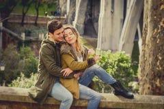 Les ajouter à ont monté dans l'amour embrassant sur l'allée de rue célébrant le jour de valentines avec passion se reposant sur l Images stock
