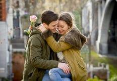 Les ajouter à ont monté dans l'amour embrassant sur l'allée de rue célébrant le jour de valentines avec passion se reposant sur l Photos stock